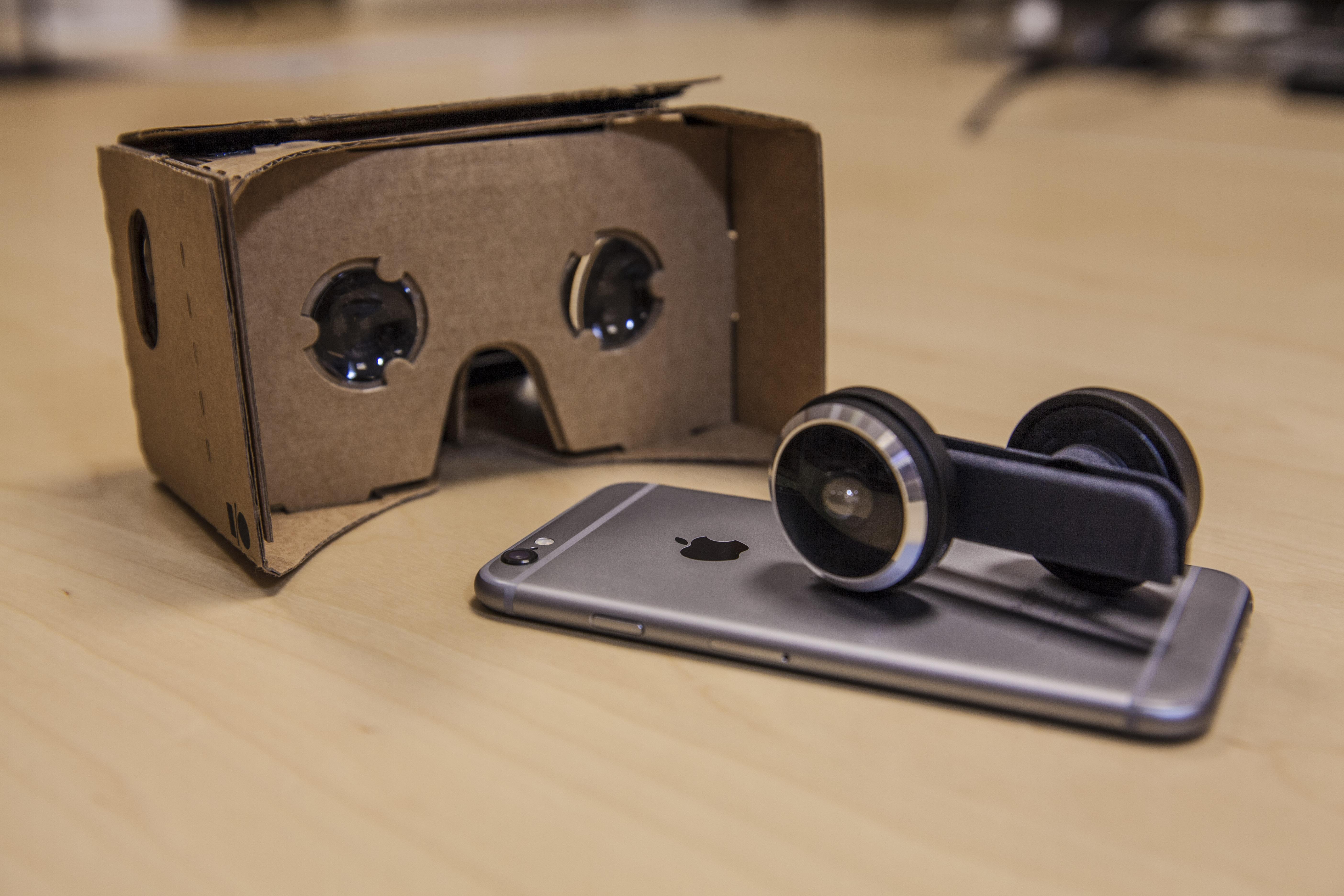 Kamera-Aufsatz: Shot macht aus iPhones 360-Grad-Kameras - Der Shot-Adapter zusammen mit einem iPhone und einem Cardboard-Betrachter (Bild: Shot)