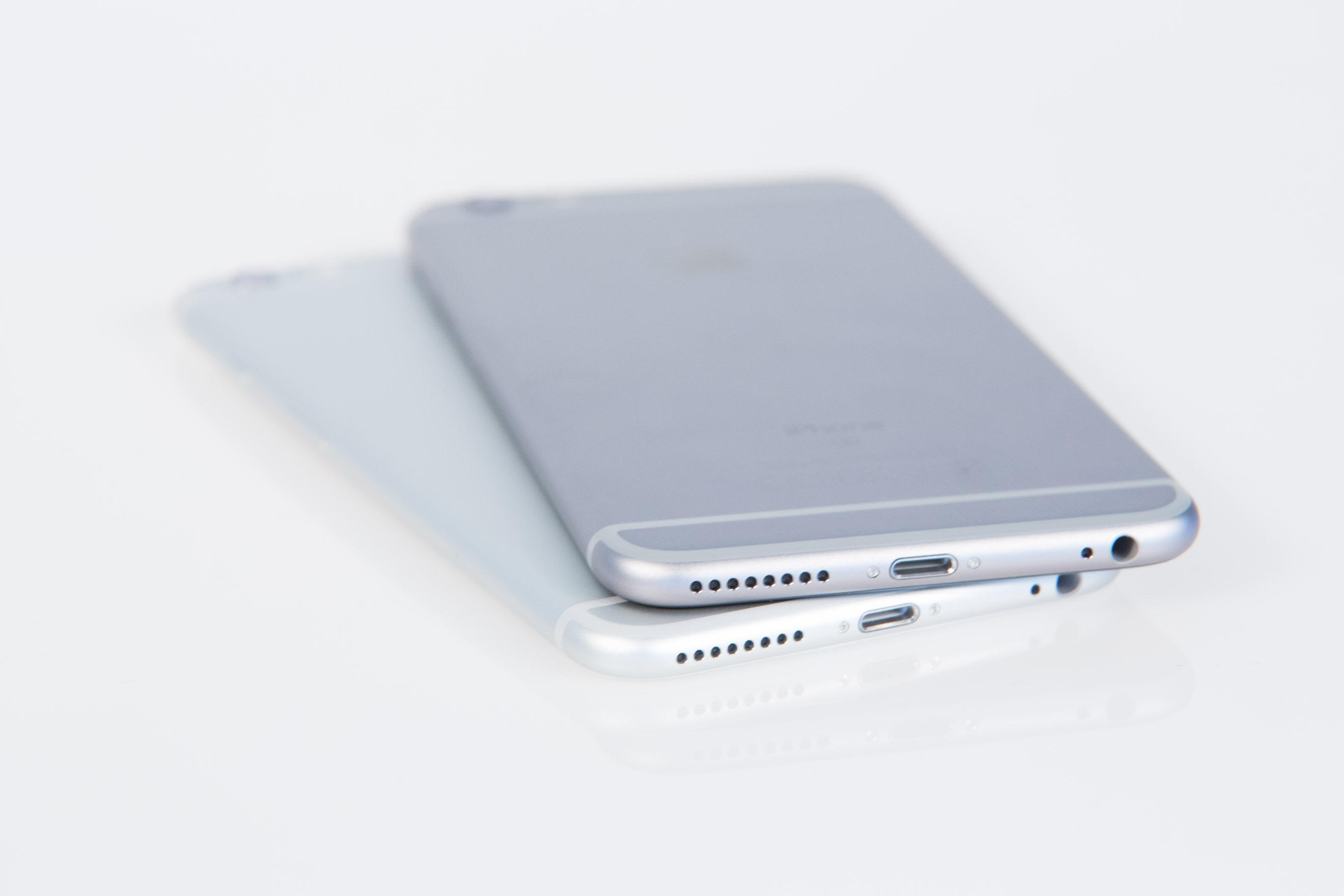iPhone 6S Plus im Test: Ein so schnelles Smartphone gab es noch nie, aber - Das iPhone 6 Plus (links) und das iPhone 6S Plus (rechts) im direkten Vergleich (Bild: Martin Wolf/Golem.de)