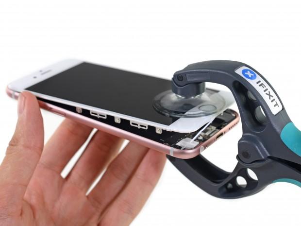 Das Display des iPhone 6S kann nach Lösen der Schrauben am unteren Rand abgehoben werden. (Bild: iFixit)