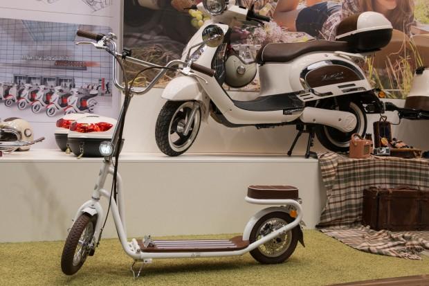 Tretroller und Scooter, beide mit E-Antrieb, baut Kumpan Electric aus Remagen. (Foto: Werner Pluta/Golem.de)