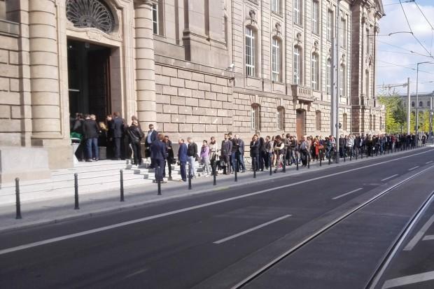 Die lange Schlange von Interessierten, die Elon Musk im Wirtschaftsministerium sehen wollten. (Bilder: Friedhelm Greis)