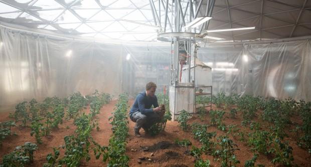 """Der Marsianer bleibt bei allem, was er tut, ein Erdbewohner, der in widriger Umgebung das Recht des Menschen auf Unverwüstlichkeit durchsetzt und damit demonstriert, dass die """"Vererdung"""" des Mars eben durchaus machbar wäre. (Bild: 20th Century Fox)"""