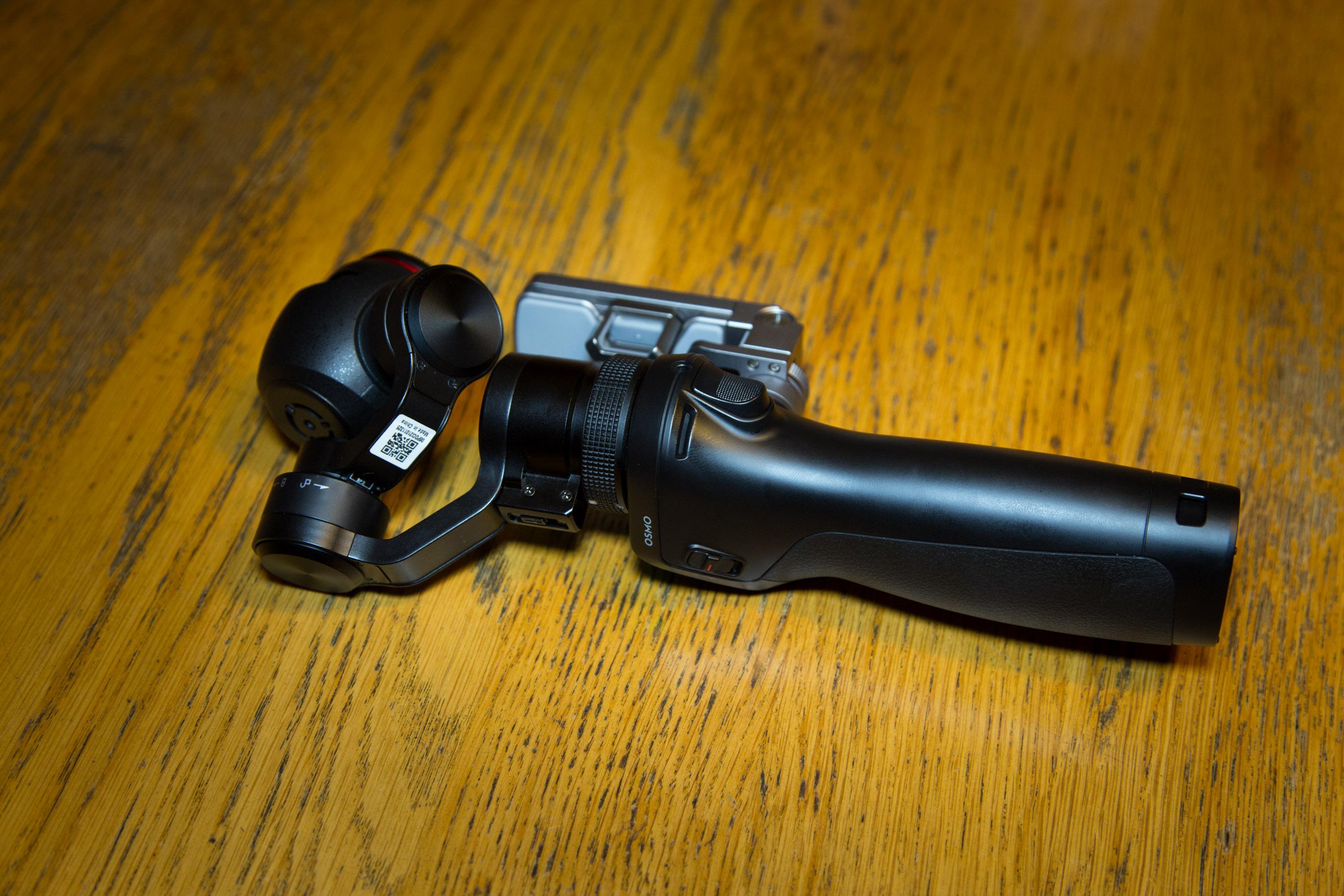 Osmo im Hands on: DJI präsentiert stabilisierte Handkamera für 750 Euro - Die Osmo im zusammengeklappten Zustand (Bild: Martin Wolf/Golem.de)