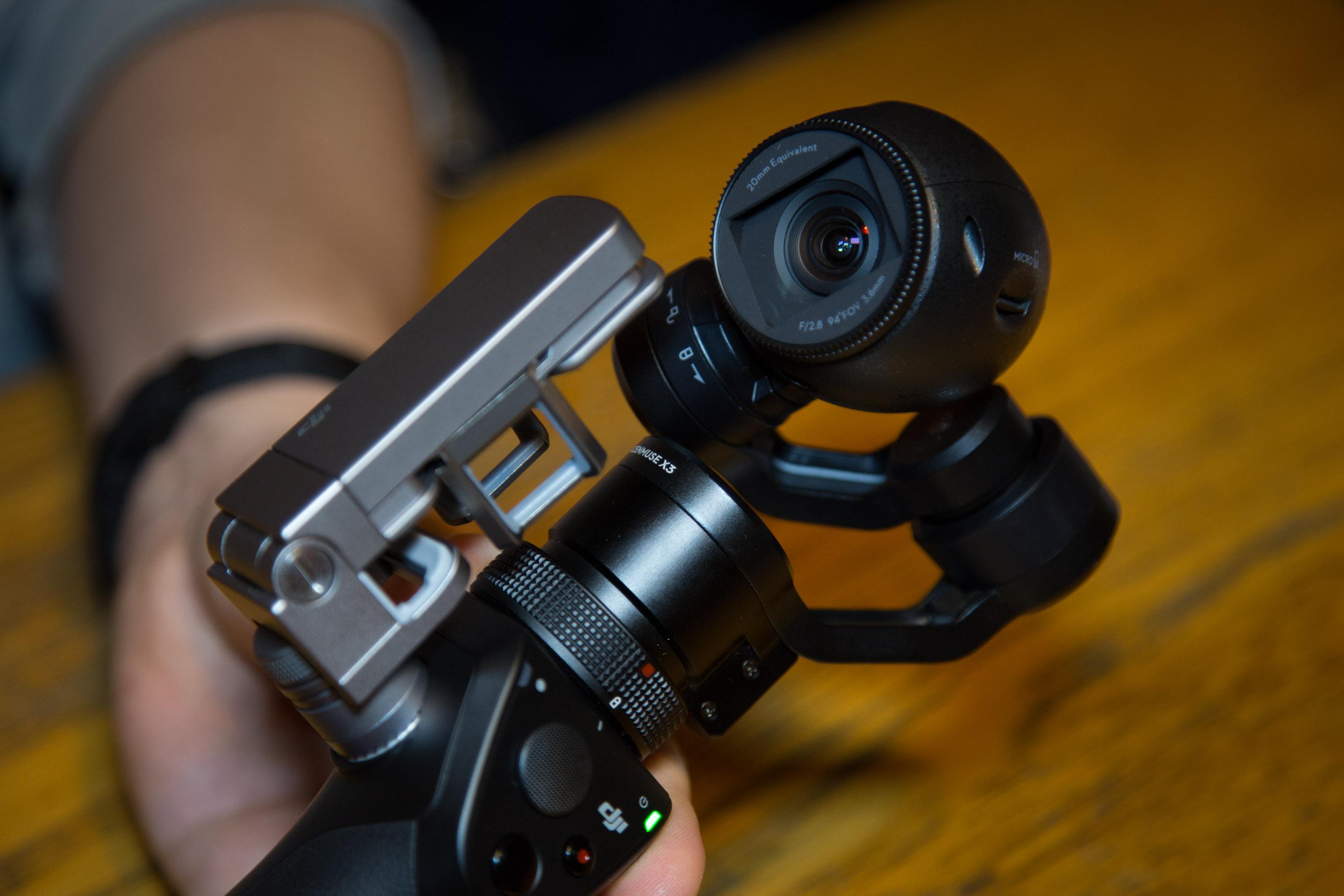 Osmo im Hands on: DJI präsentiert stabilisierte Handkamera für 750 Euro - Die Smartphone-Halterung ist aus Metall. (Bild: Martin Wolf/Golem.de)