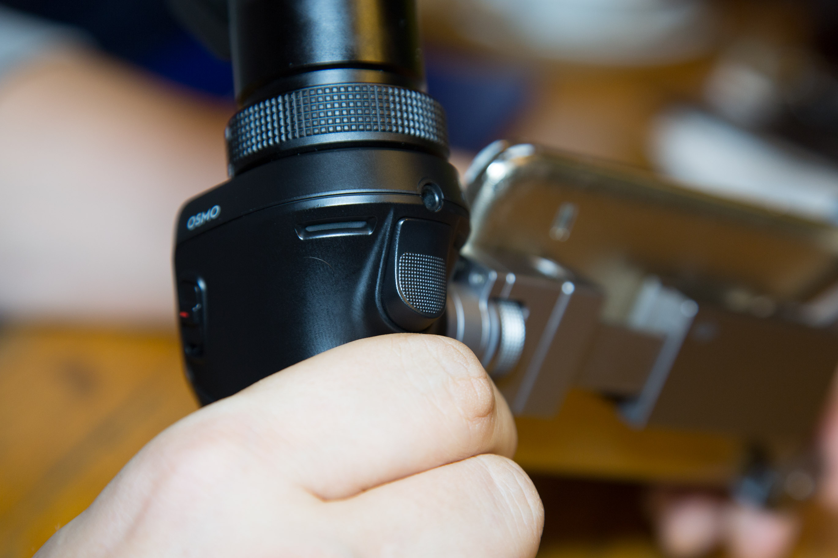 Osmo im Hands on: DJI präsentiert stabilisierte Handkamera für 750 Euro - Der Knopf an der Vorderseite stabilisiert die Kamera auf Knopfdruck, ein doppelter Tipp auf den Button bringt die Kamera in die Waagerechte. (Bild: Martin Wolf/Golem.de)