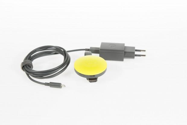 Neuer Chromecast mit USB-Kabel und passendem Netzteil (Bild: Martin Wolf/Golem.de)