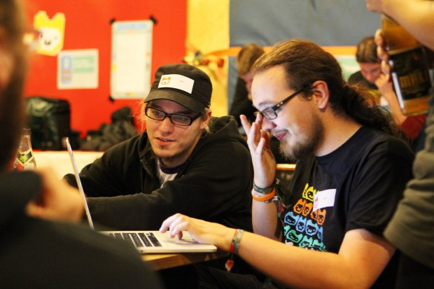 Ehrenamtliche Mentoren unterstützen die Jugendlichen bei ihren Projekten. (Bild: Leonard Wolf/Lizenz: CC-BY 3.0)