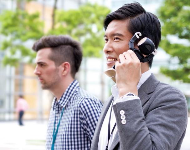 Robohon beim Telefonieren (Bild: Sharp)