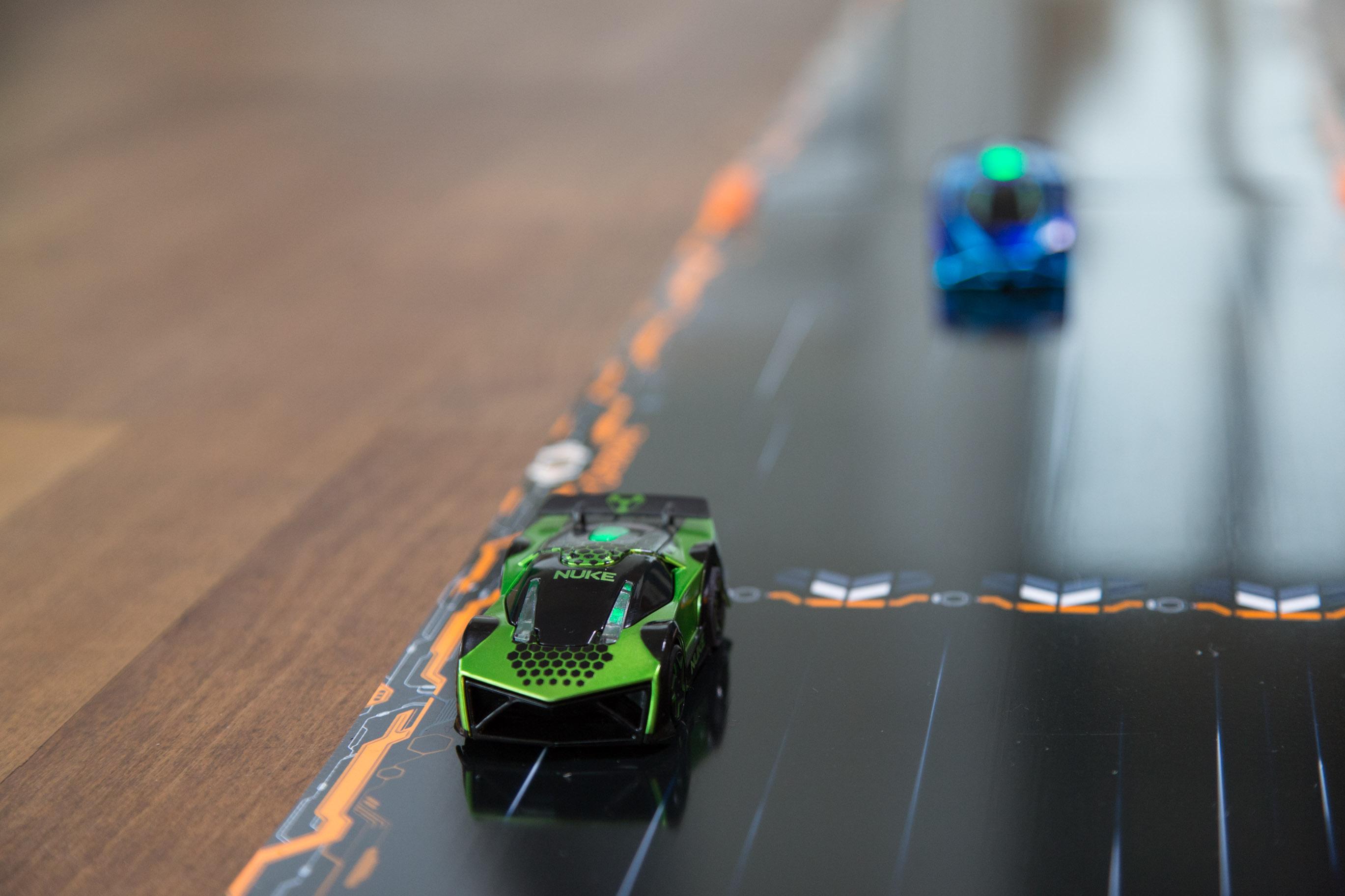 Test Anki Overdrive: Mit schnellen Schüssen um die Kurve - Die Fahrzeuge halten ihre Spuren auch ohne dass der Fahrer eingreift. (Foto: Martin Wolf/Golem.de)