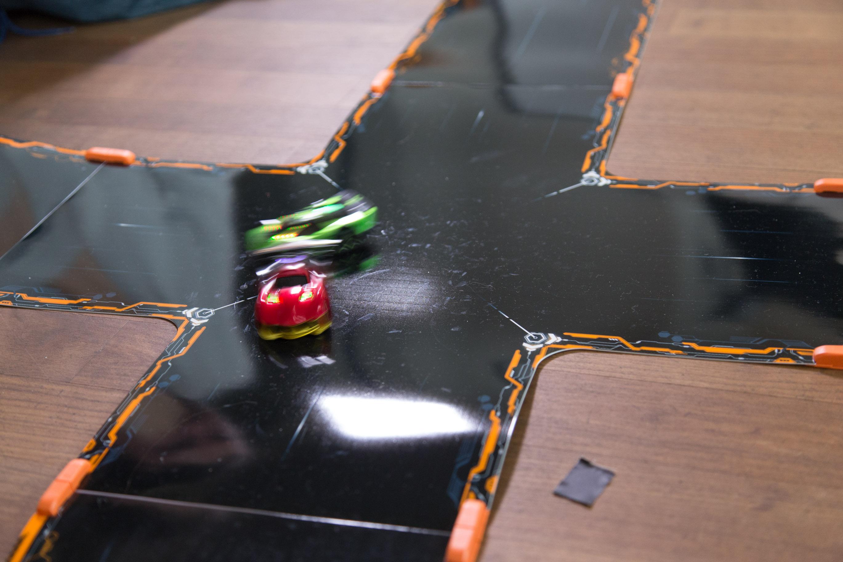 Test Anki Overdrive: Mit schnellen Schüssen um die Kurve - Crashes kann der Spieler trotzdem provozieren. (Foto: Martin Wolf/Golem.de)