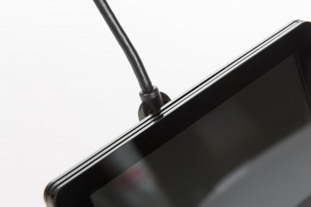 Normale HDMI-Kabel stehen leider über den Rand des Rahmens hinaus.  (Foto: Martin Wolf/Golem.de)