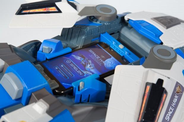 Das Smartphone wird fest in den Space Hawk eingespannt. (Foto: Martin Wolf/Golem.de)