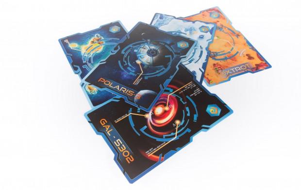 Fünf Spielkarten repräsentieren Orte im Weltall. (Foto: Martin Wolf/Golem.de)