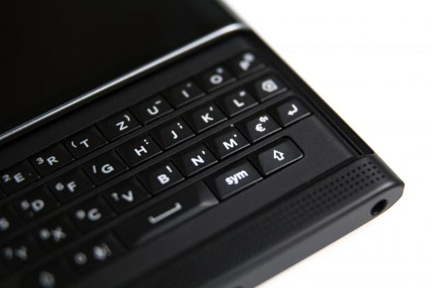Die Tastatur hat vier Zeilen, die gängigsten Sonderzeichen sind über die Alt-Taste erreichbar. (Bild: Tobias Költzsch/Golem.de)