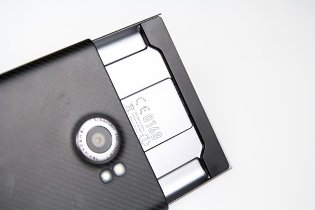 In aufgeschobenem Zustand ist das Priv mit 184 mm merklich länger als andere Smartphones, liegt aber immer noch gut in der Hand. (Bild: Tobias Költzsch/Golem.de)