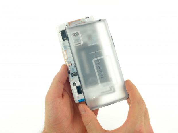 Die Rückseite des Fairphone 2 lässt sich einfach abnehmen. (Bild: iFixit)