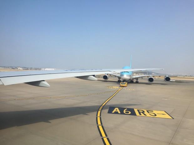Dank eines Fensterplatzes schauen wir nicht nur auf den Bildschirm. Wir sitzen in einer B777-300ER im Pushback und blicken auf einen A380-800. (Foto: Andreas Sebayang/Golem.de)