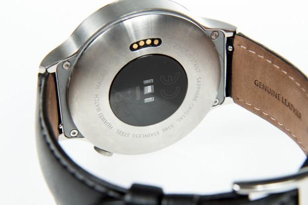 Auf der Rückseite der Huawei Watch gut zu erkennen: die Ladepins und der Pulsmesser (Bild: Martin Wolf/Golem.de)