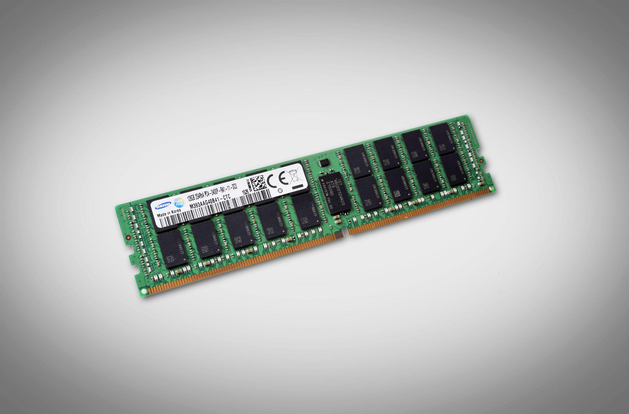 DDR4: Samsung quetscht drei Dutzend Chips auf ein 128-GByte-Modul - R-DIMM mit TSV, 128 GByte und DDR4-2400 (Bild: Samsung)
