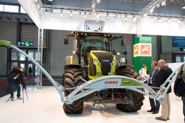 Traktor von Claas mit Ausleger für die Pflanzensensoren. (Foto: Werner Pluta/Golem.de)