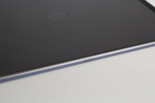 Über den Smart Connector kann das ebenfalls separat erhältliche Smart Keyboard angeschlossen werden. Die Tastatur lag uns leider noch nicht zum Testen vor. (Bild: Tobias Költzsch/Golem.de)