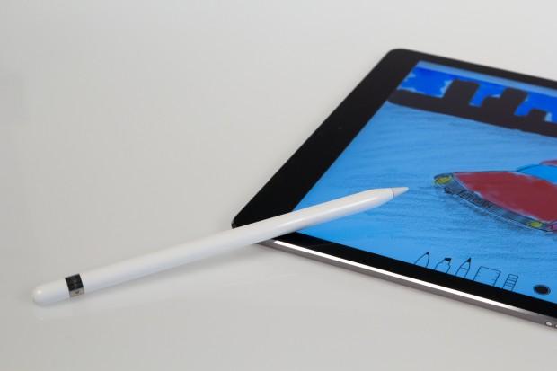 Mit dem Pencil lässt sich besonders im kreativen Bereich eine Menge anstellen. Der Stift wird äußerst präzise vom iPad Pro erkannt und reagiert auf verschiedene Druckstufen und den Aufsetzwinkel des Stiftes. (Bild: Tobias Költzsch/Golem.de)