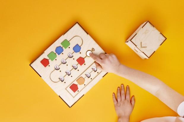 Das Interface-Board nimmt die Holzklötzchen-Befehle auf (Foto: Primo Toys)
