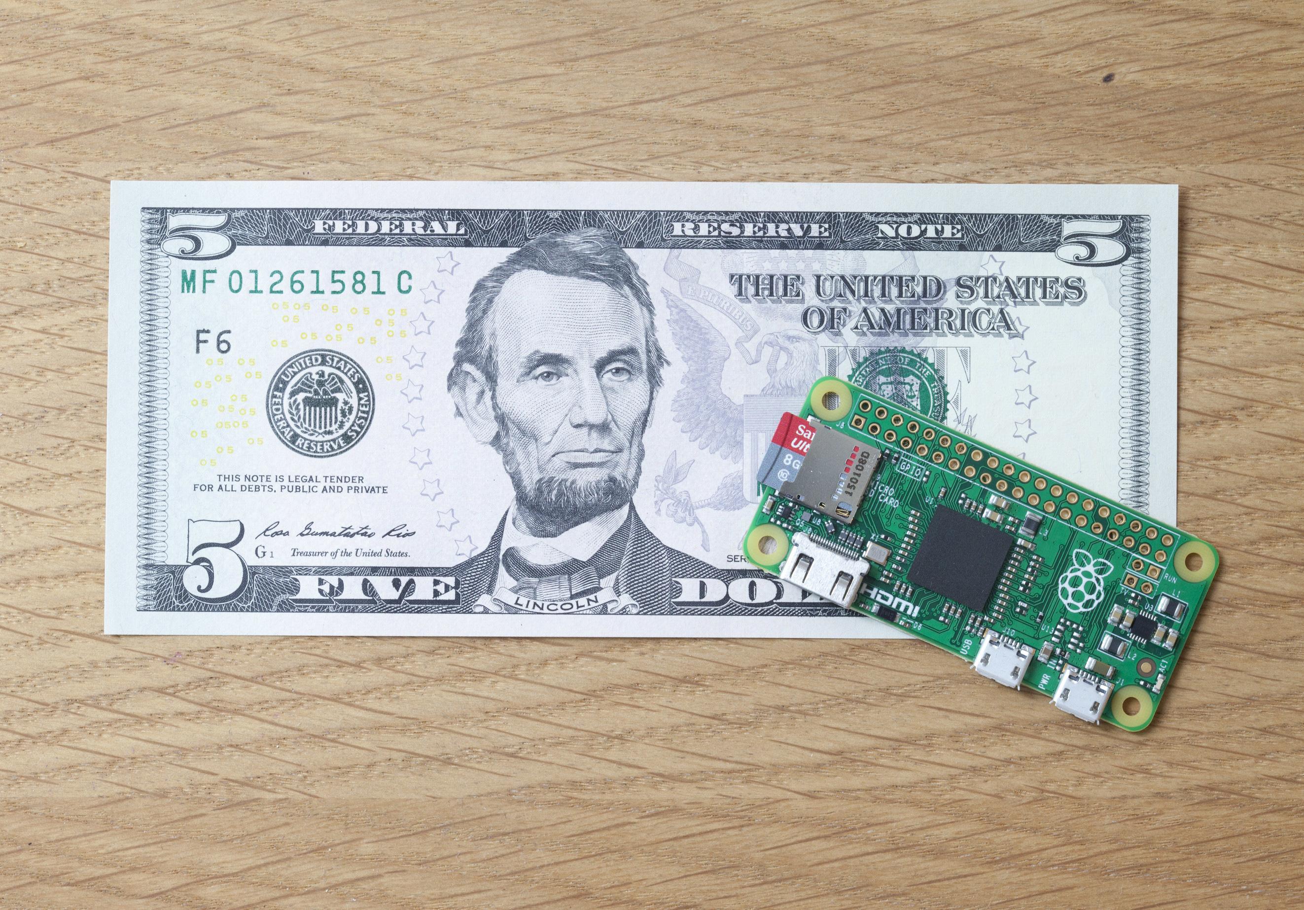 Raspberry Pi Zero: Spar-Pi für 5 US-Dollar - Raspberry Pi Zero im Vergleich mit einer 5 Dollar-Note (Foto: Raspberry Pi Foundation)