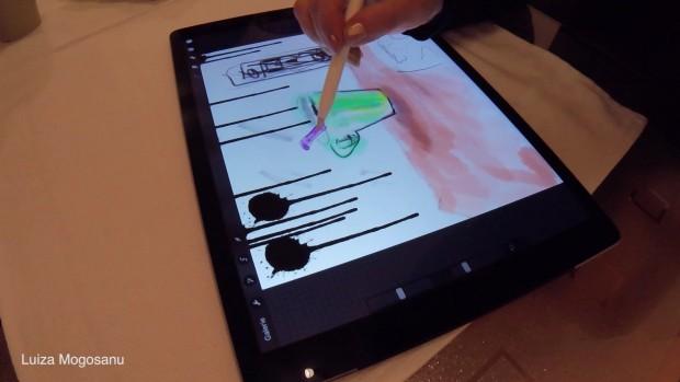 Luiza Mogosanu beim Zeichnen der Tasse auf dem Tisch. (Bild: Golem.de)