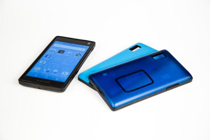 Das Fairphone 2 mit zwei Wechselcovern (Bild: Tobias Költzsch/Golem.de)