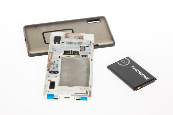 Der Akku des Fairphone 2 ist leicht wechselbar. (Bild: Tobias Költzsch/Golem.de)