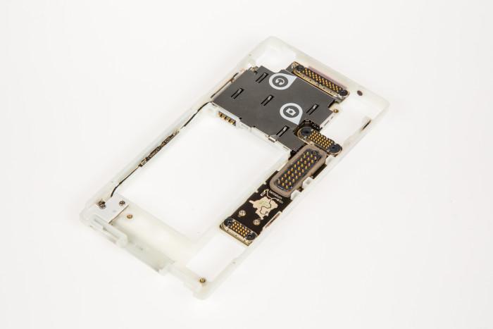 Der Hauptrahmen des Fairphone 2 ohne alle Module (Bild: Tobias Költzsch/Golem.de)