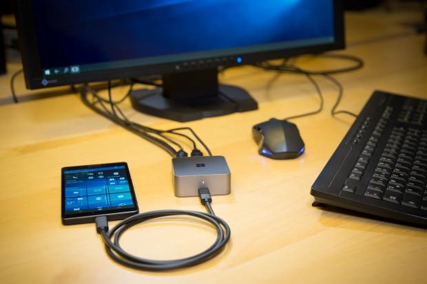 Ein Lumia 950 XL mit Display-Dock und Peripherie (Foto: Martin Wolf/Golem.de)