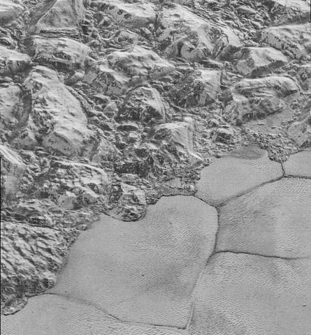 Der Übergang von der Sputnik-Ebene zu den Al-Idrisi-Bergen, die aus Eis bestehen (Foto: Nasa/JHUAPL/SwRI)