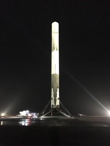 Geschafft! Die erste Stufe der Falcon 9 steht sicher auf dem Boden. (Foto: SpaceX/CC0 1.0)