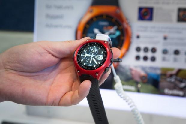 Wird die Smart Outdoor Watch vom Smartphone getrennt, schaltet das Display in einen monochromen Modus um. (Bild: Martin Wolf/Golem.de)
