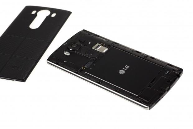 Der Rückdeckel des V10 kann abgenommen und der Akku getauscht werden. (Bild: Martin Wolf/Golem.de)