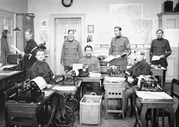 Der Schweizer Nachrichtendienst während des Ersten Weltkrieges. Mit dem neuen Überwachungsgesetz dürften neben Schreibmaschinen auch Staatstrojaner eingesetzt werden. (Schweizerisches Bundesarchiv/CC-BY-SA 3.0)