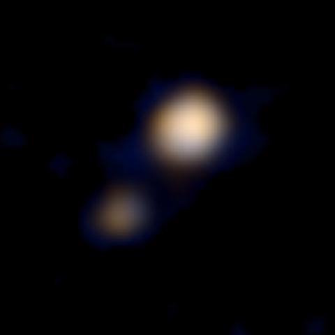 Pluto und sein Mond Charon auf der ersten Farbaufnahme von New Horizons während des Anflugs auf das System (Bild: NASA/Johns Hopkins University Applied Physics Laboratory/Southwest Research Institute)
