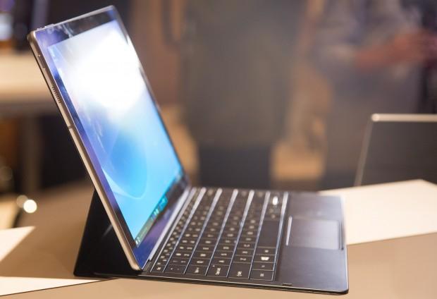 Das Tablet lässt sich mit einem Tastatur-Cover in ein kleines Notebook verwandeln. (Bild: Martin Wolf/Golem.de)