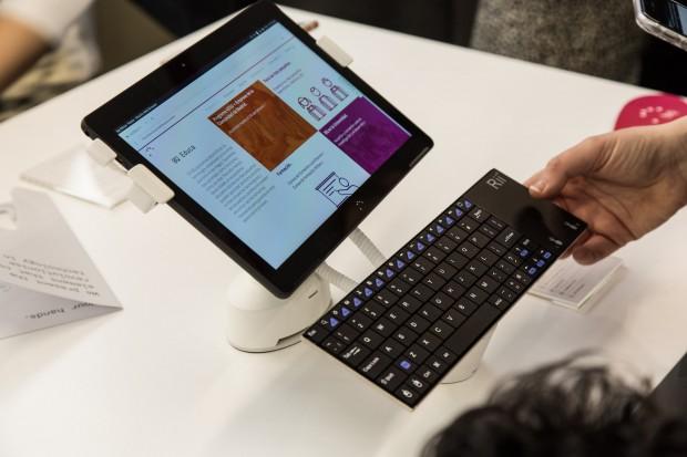 Das Aquaris M10 mit Ubuntu und einer per Bluetooth verbundenen Tastatur (Bild: Martin Wolf/Golem.de)