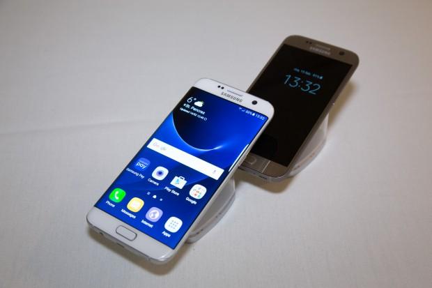 Das neue Galaxy S7 und das Galaxy S7 Edge nebeneinander (Bild: Martin Wolf/Golem.de)