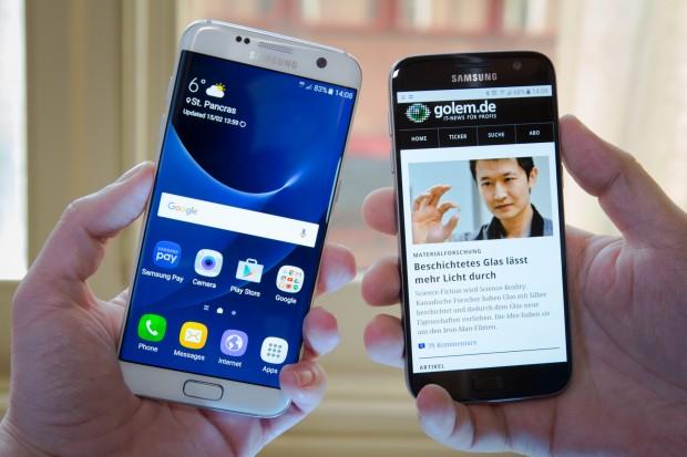 Samsungs neue Top-Smartphones - links das Galaxy S7 Edge, rechts das Galaxy S7 (Bild: Martin Wolf/Golem.de)