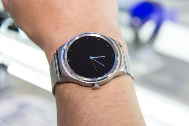 Die Smartwatch ist in etwa so groß die die Huawei Watch. (Bild: Martin Wolf/Golem.de)