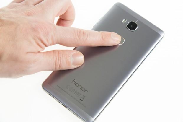 Der Fingerabdrucksensor reagiert wie bei anderen Huawei-Geräten schnell und zuverlässig. (Bild: Martin Wolf/Golem.de)