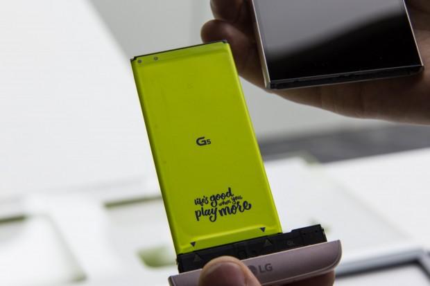Der Akku des G5 kann einfach herausgezogen werden. (Bild: Martin Wolf/Golem.de)