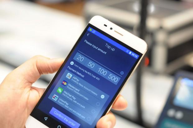 Bargeld funktioniert nicht. Stattdessen wird das Smartphone über elektronische Zahlungsdienstleister mit Guthaben befüllt. (Foto: Andreas Sebayang/Golem.de)