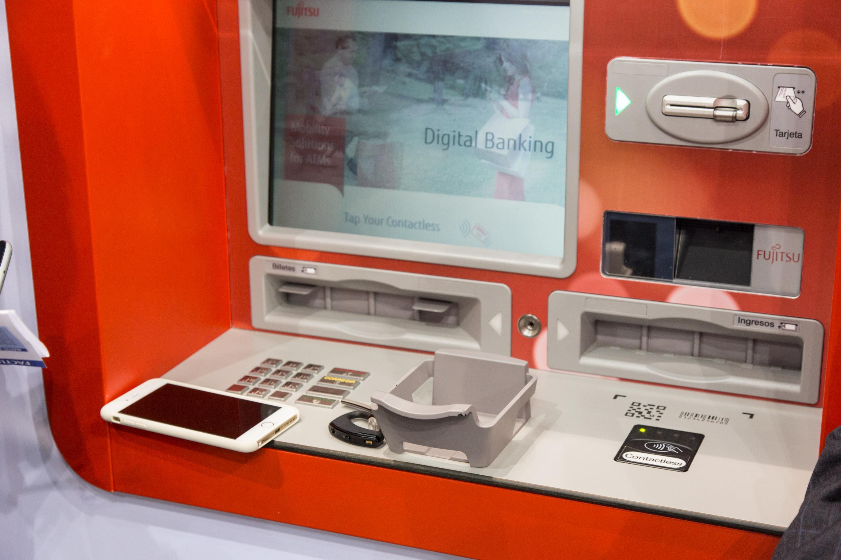 Fujitsu Palmsecure: Venenscan statt Kreditkarte - Palmsecure ersetzt hier aber nicht die alten Systeme, um Geld abzuheben. (Foto: Martin Wolf/Golem.de)