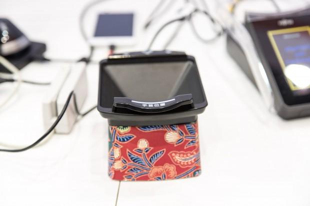 Eigentlich ist diese Form über dem Venenscanner nicht notwendig. (Foto: Martin Wolf/Golem.de)