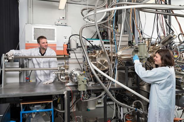 Benedikt Mayer und Lisa Janker an der Epitaxieanlage im Walter Schottky Institut der TU München (Foto: Uli Benz / TUM)